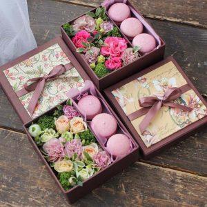 Коробка с цветами и сладостями Прованс