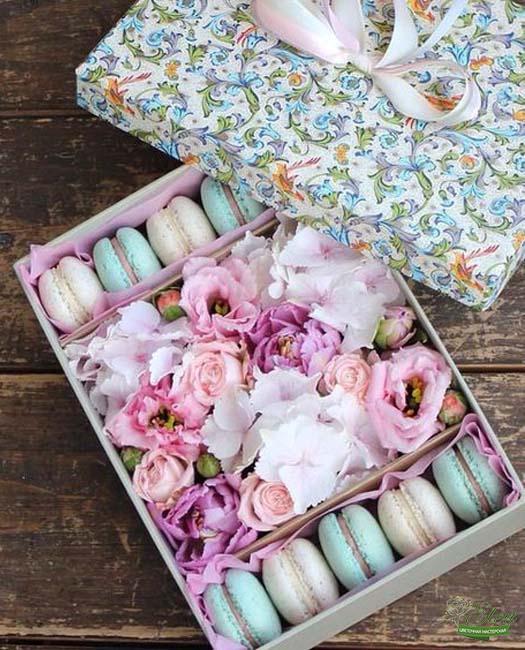 Коробка с цветами и сладостями Нежный Снег