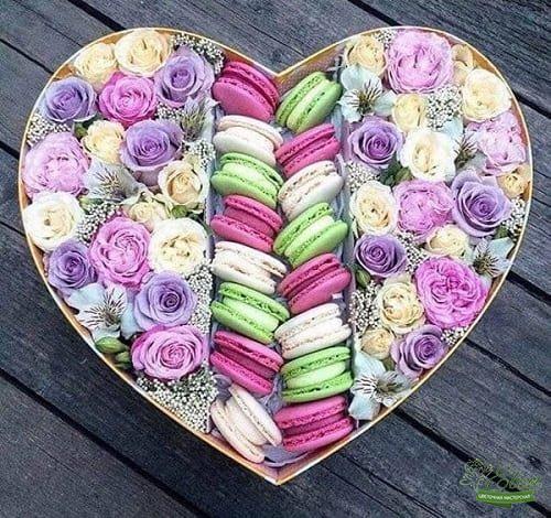 Коробка с цветами и сладостями Прелесть