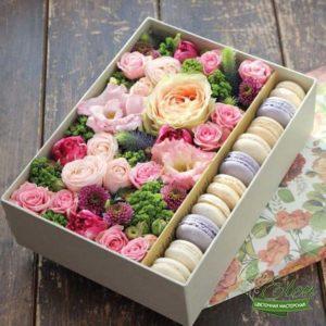 Коробка с цветами и сладостями Радость
