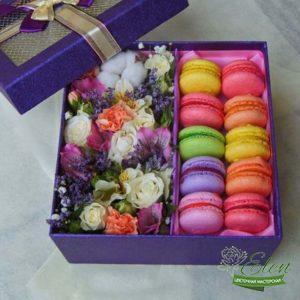 Коробка с цветами и сладостями Радуга
