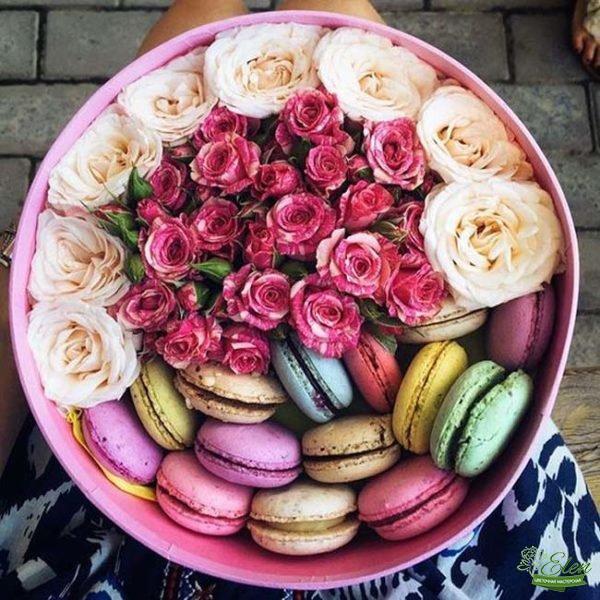 Коробка с цветами и сладостями Рай