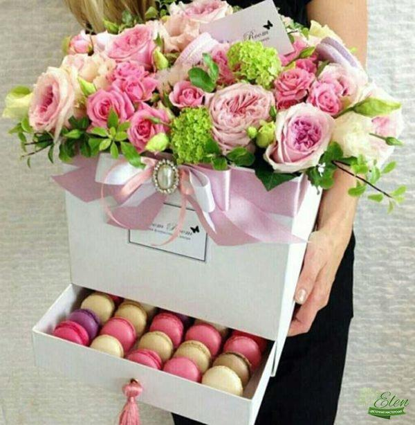 Коробка с цветами и сладостями Шикарный День