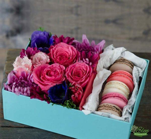 Коробка с цветами и сладостями Сладости