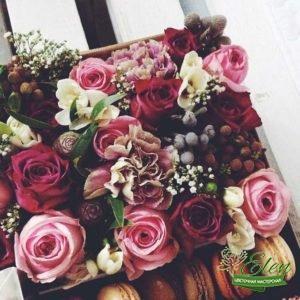 Коробка с цветами и сладостями Яркое Настроение