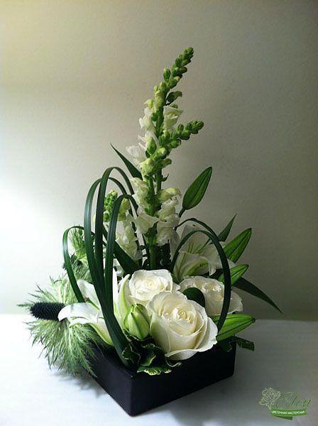 Цветочная композиция Белоснежная это изысканные лилии,благородные белые розы,душистая матиола и экзотический эвкалипт.