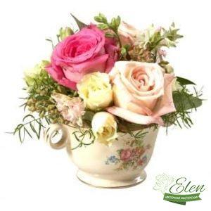 Цветочная композиция в чашке Малютка будет прекрасным дополнением к вашему подарку.