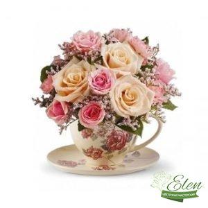 Цветочная композиция в чашке Радость - будет хорошим вариантом для похода в гости к друзьям.