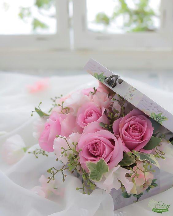 Эта нежная цветочная композиция в коробке Нежность порадует вас в праздничный день и добавит вашему дому уют и радостное настроение.