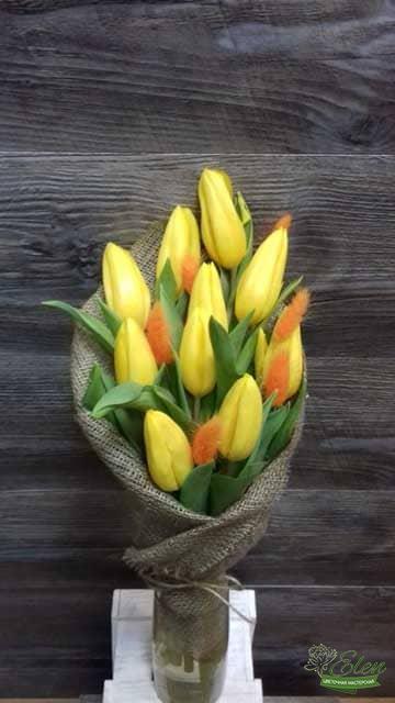 Букет из 11 желтых тюльпанов станет приятным дополнением к подарку для ваших любимых.