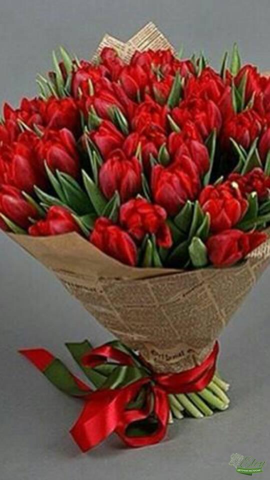 Букет из 51 красных тюльпанов отличный весенний комплимент от наших флористов.