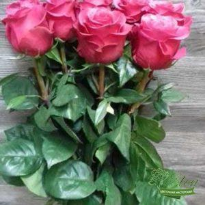 Этот букет из 7 голландских роз порадует получателя в любое время года.