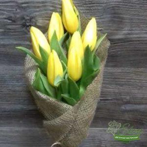 Букет из 7 желтых тюльпанов станет приятным дополнением к подарку для ваших любимых.