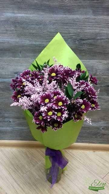 Этот букет из хризантем от цветочной мастерской Elen будет прекрасным дополнением к вашему подарку.