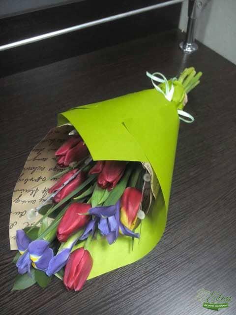 Букет из тюльпанов и ирисов отличный весенний комплимент от наших флористов.