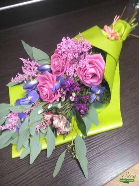 Букет цветов Дыхание Весныиз роз и ирисов отличный весенний комплимент от наших флористов.