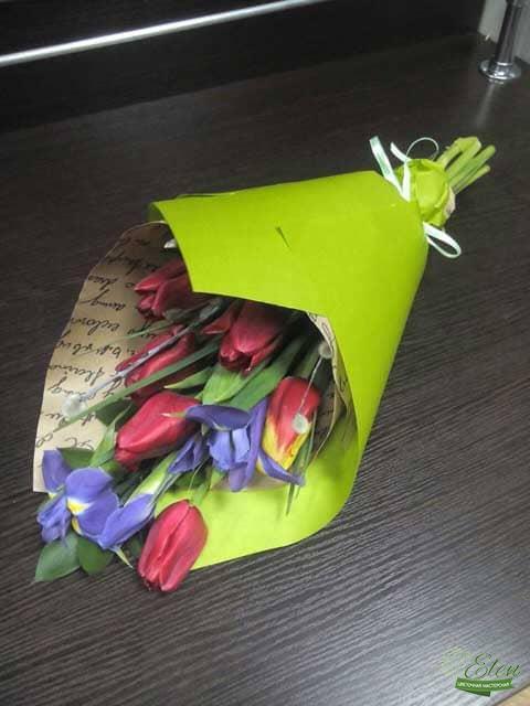 Букет цветов из тюльпанов и ирисов