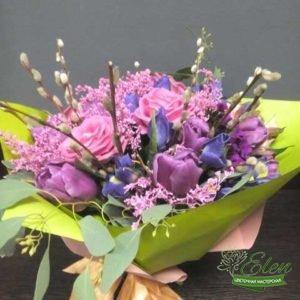 Букет цветов Ласковая Улыбкаиз роз,тюльпанов и ирисов отличный весенний комплимент от наших флористов.