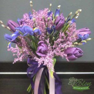 Букет цветов Лиловый Бризиз тюльпанов и ирисов отличный весенний комплимент от наших флористов.