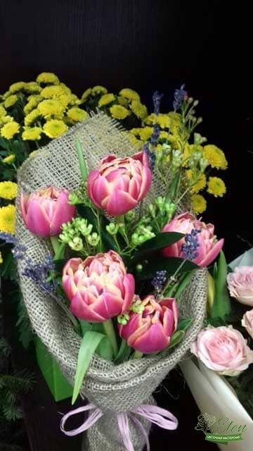 Букет тюльпанов в мешковине отличный весенний комплимент от наших флористов.