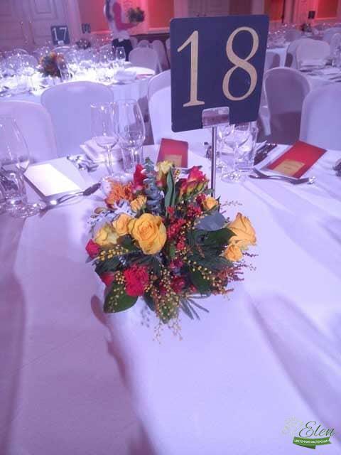 Композиция из цветов Вечерние Огни будет прекрасным декором на вашем столе.