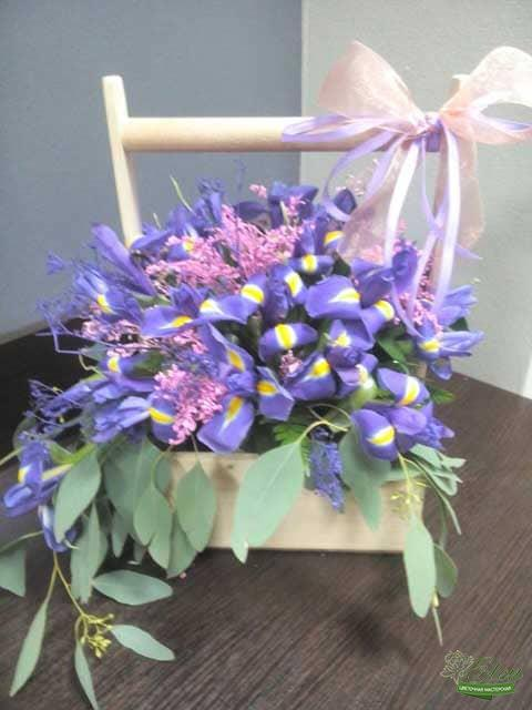 Композиция из ирисов Весеннее Облакобудет отличным подарком для ценителей экзотических цветов.