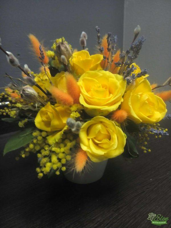 Композиция из роз Апрельское Солнцеотличный подарок для девушек любого возраста которая не оставит их равнодушными.