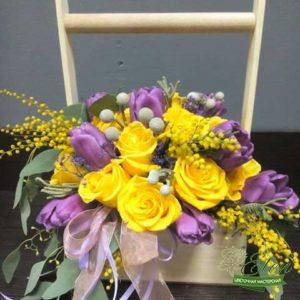 Композиция из роз и тюльпанов Серенада.Это название говорит само за себя.