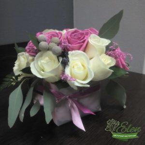 Композиция из роз Обаяние отличный подарок для девушек любого возраста которая не оставит их равнодушными.