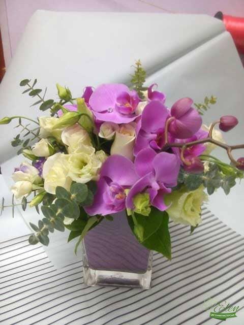 Композиция из цветов Фиолетовый Бум будет прекрасным декором на вашем столе.