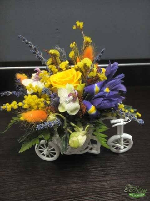 Композиция из цветов Велосипед это оригинальный подарок для ваших родных и близких.