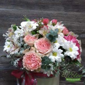 Коробка из роз и хризантем Звездочка это изысканный подарок для каждой женщины.