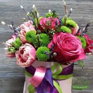 Коробка из цветов Лиловый Берег это изысканный подарок для каждой женщины.