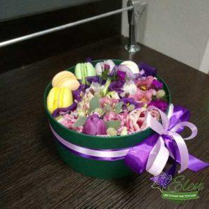 Коробка с макарунами Сластёнаот цветочной мастерской Elen,порадует любого получателя даже в будничный день.