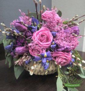 Коробка с цветами и макарунами Мальвинаот цветочной мастерской Elen,порадует любого получателя даже в будничный день.