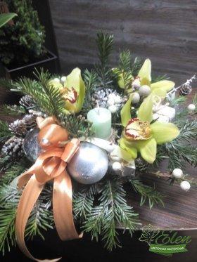 Коробка с цветами и макарунами Яркая Сладостьбудет прекрасным декором на вашем столе.