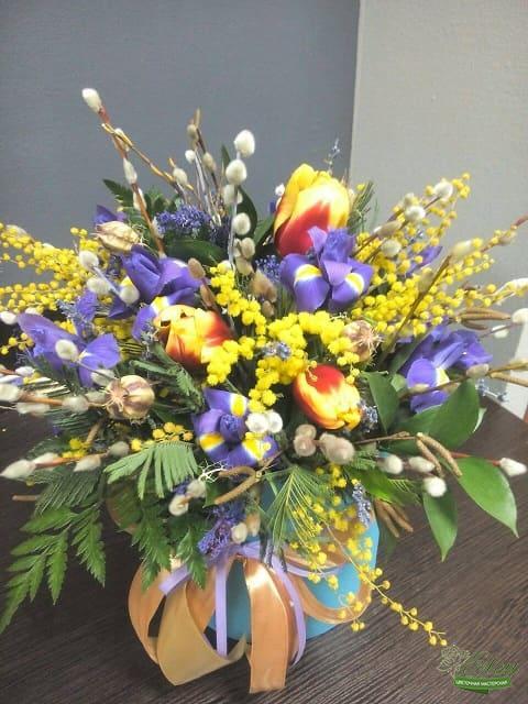 Коробка цветов из тюльпанов и ирисов