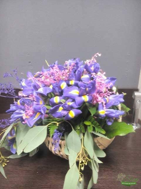 Корзина ирисов Ждем Веснуэто изысканный подарок для каждой женщины.