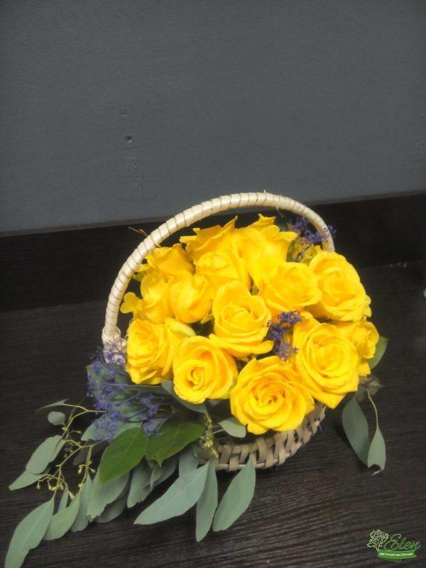 Корзина из желтых розэто изысканный подарок для каждой женщины.