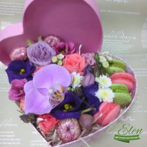 Сердце из цветов с макарунами Сладкая Жизньот цветочной мастерской Elen,порадует любого получателя даже в будничный день.