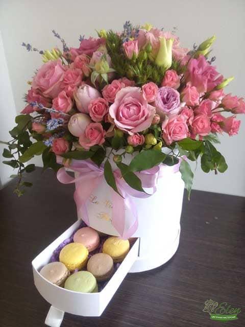 Шикарный День Шляпная коробка из роз и эустомы