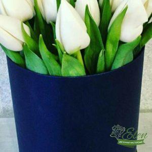 Шляпная коробка 15 белых тюльпановэто изысканный подарок для каждой женщины.
