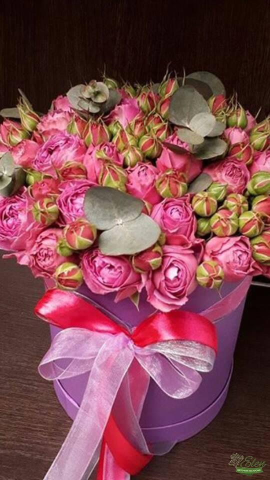 Шляпная коробка из 21 кустовой розы будет хорошим вариантом для похода в гости к друзьям.