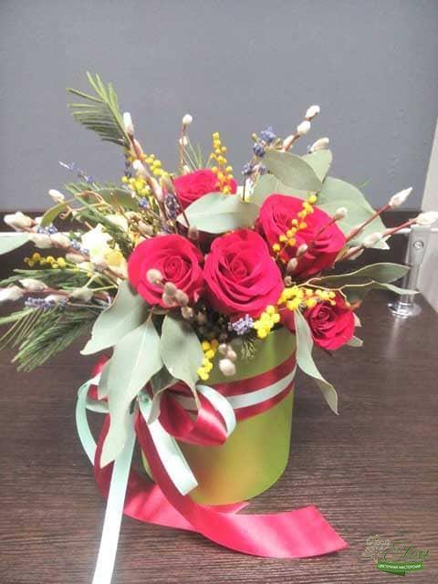 Шляпная Коробка из роз Чувства Любви это изысканный подарок для каждой женщины.