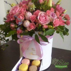 Шляпная коробка из роз и эустомы Шикарный Деньбудет хорошим вариантом для похода в гости к друзьям.