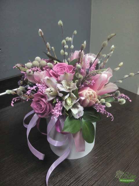 Шляпная коробка из роз и тюльпанов от цветочной мастерской Elen,порадует любого получателя даже в будничный день.