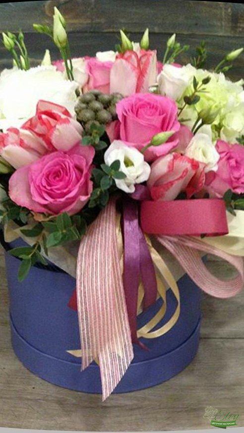 Шляпная коробка из роз Нежная будет хорошим вариантом для похода в гости к друзьям.