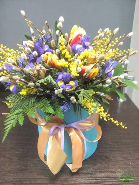 Шляпная коробка из тюльпанов и ирисов это изысканный подарок для каждой женщины.