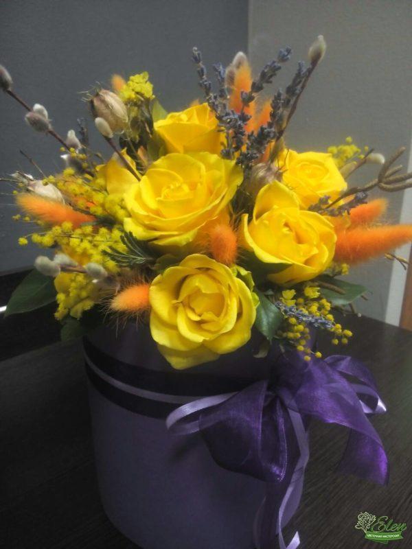 Шляпная коробка из желтых роз Солнце это изысканный подарок для каждой женщины.