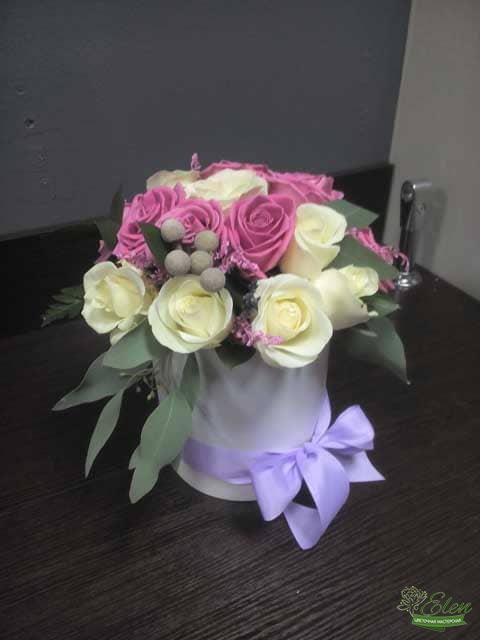 Шляпная коробка из роз Няшкаэто изысканный подарок для каждой женщины.